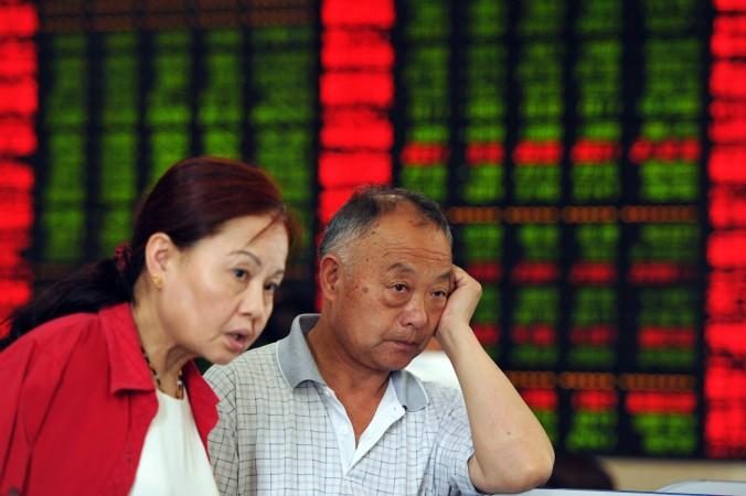 Китайские инвесторы смотрят на котировки биржи в Фуяне, провинция Аньхуэй, 19 июня 2015 г. Фото: STR/AFP/Getty Images