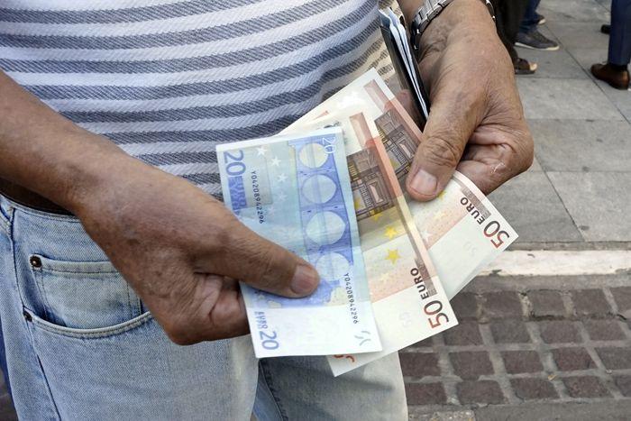Одно из условий предоставления Греции кредитной помощи - снижение социальных выплат, в первую очередь пенсий. Фото:  Photo by Milos Bicanski/Getty Images