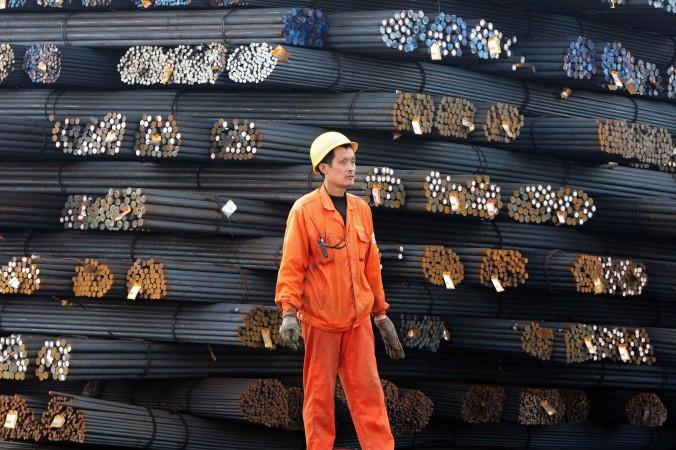 Китайский рабочий на складе стальной арматуры, город Циндао, провинция Шаньдун, 17 марта 2015 г. Фото: STR/AFP/Getty Images
