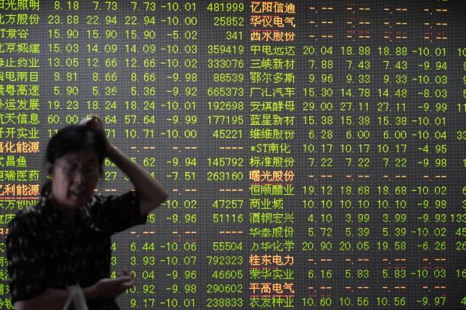 Инвестор перед экраном, отображающим движения фондового рынка в Ханчжоу, провинция Чжэцзян на востоке Китая, 7 июля 2015 г. Фото: Getty Images