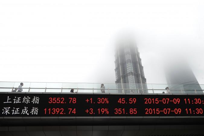 Индекс Shanghai Composite (сверху) и Шэньчженьской фондовой биржи, Шанхай, Китай, 9 июля 2015 г. Фото: STR/AFP/Getty Images