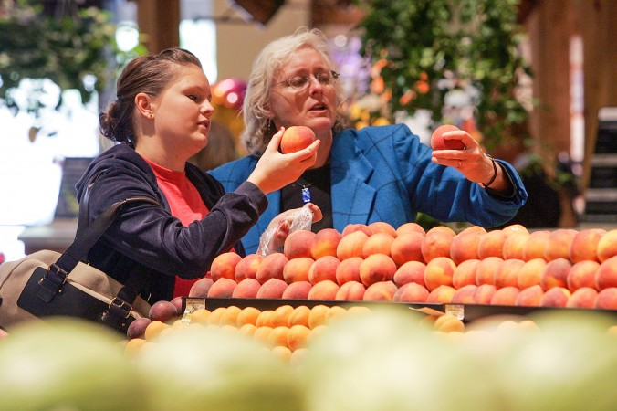 Покупатели выбирают персики, 18 июля 2007 г.  Фото: Justin Sullivan/Getty Images