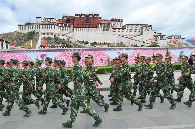 Китайская военизированная полиция патрулирует у дворца Поталы в Лхасе во время эстафеты олимпийского огня в 2008 г. Фото: TEH ENG KOON/AFP/Getty Images