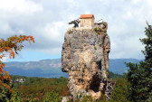 Кацхийский Столп — крупный известняковый монолит, высотой в 40 метров над землёй у реки Катскхура, правого притока Квирилы. Посёлок Кацхи, Имеретия. Фото: teampc.ru
