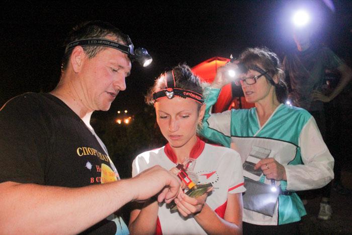 Ночной забег в открытый космос в Краснодаре. Последние инструкции по дистанции. Фото: Александр Трушников/Великая Эпоха