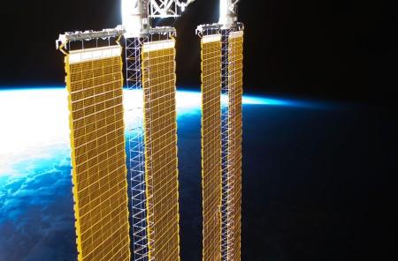 Солнечные панели Международной космической станции. Китай хочет построить солнечные коллекторы в несколько раз больше, чем у МКС, чтобы отправлять энергию на Землю в виде лазера или микроволновых лучей. Фото: NASA