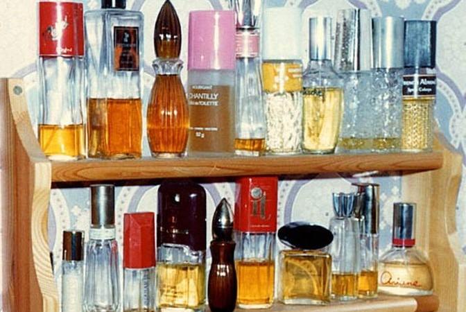 Стеллаж с парфюмерией. Фото: commons.wikimedia.org/Общественное достояние