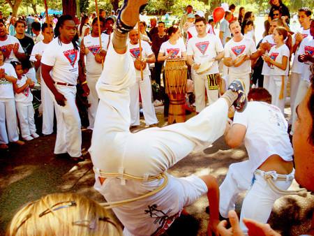 Уличный танец Капоэйро в Бразилии. Фото: Ricardo André Frantz/commons.wikimedia.org/CC BY-SA 3.0