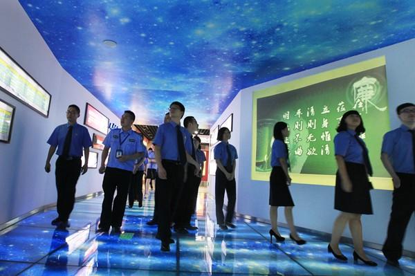 Группа китайских чиновников посещает антикоррупционную воспитательную базу в Вэньчжоу, провинция Чжэцзян. Фото: Screenshot via jcrb.com