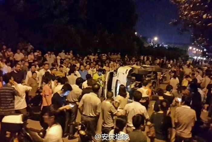 Смерть девочки по вине медиков вызвала массовые протесты. Город Аньцинь провинции Аньхой. Июль 2015 года. Фото с epochtimes.com