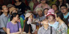 Тысячи китайских туристов опустошили магазины маленькой японской деревни