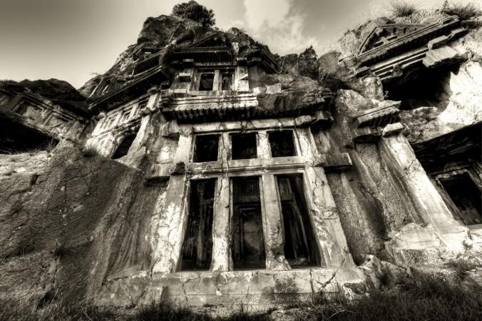Высеченные в камне гробницы в древнегреческом городе Мира. Фото: Demre/iStock