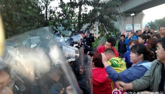 Сотни людей на востоке Китая протестуют против мусоросжигательного завода