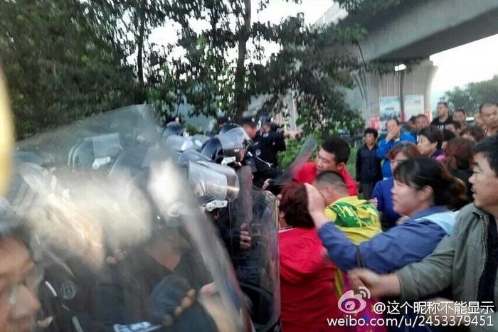 Протесты против мусоросжигательного завода. Деревня Лофа провинции Хэбэй. Июль 2015 года. Фото с epochtimes.com