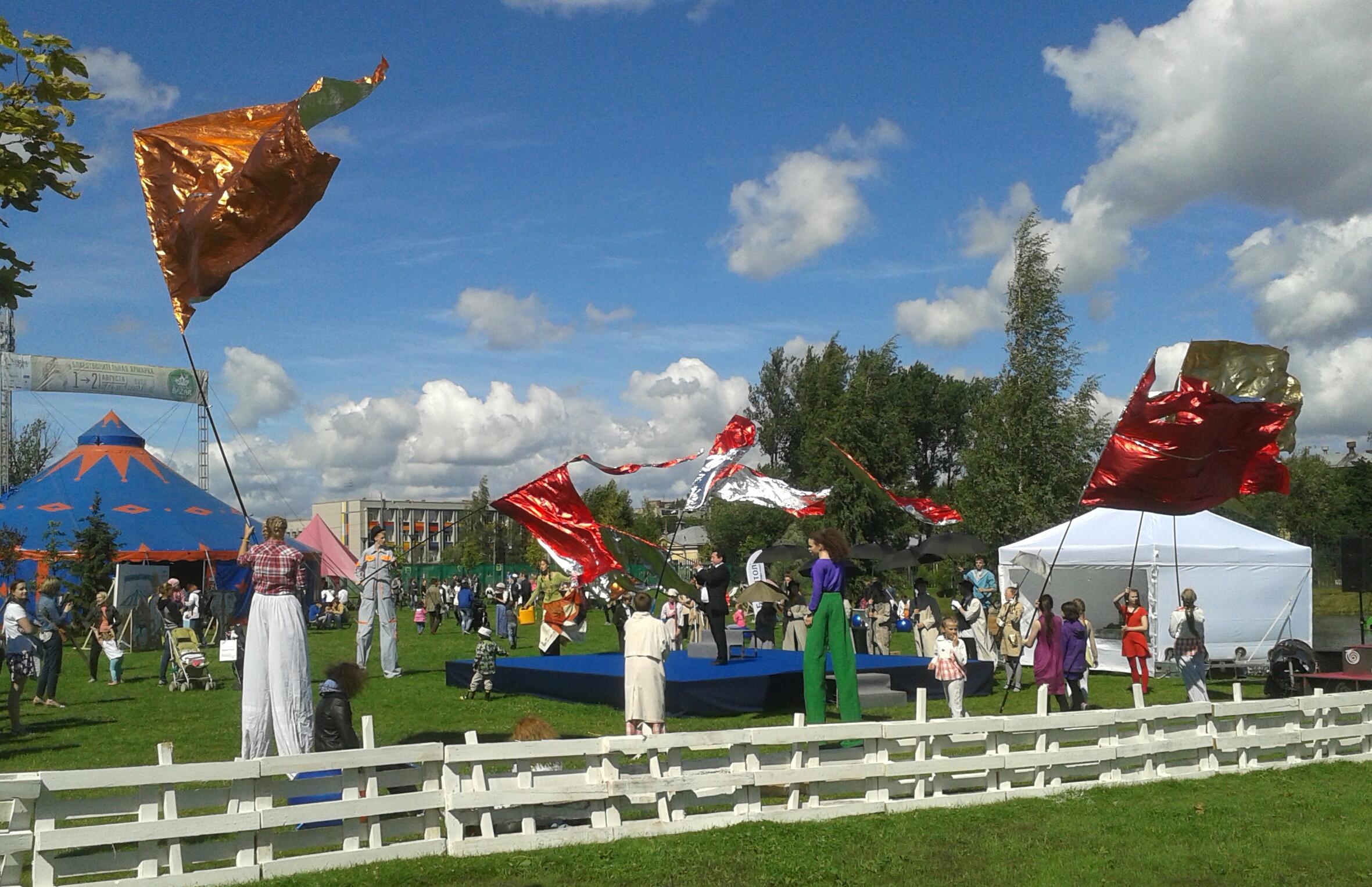 На ходулях с флагами. Фото: Татьяна Мельникова