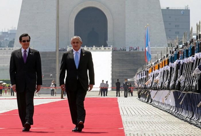 Президент Гватемалы Отто Фернандо Перес Молина и президент Тайваня  Ма Ин-цзю. Фото: SAM YEH/AFP/Getty Images