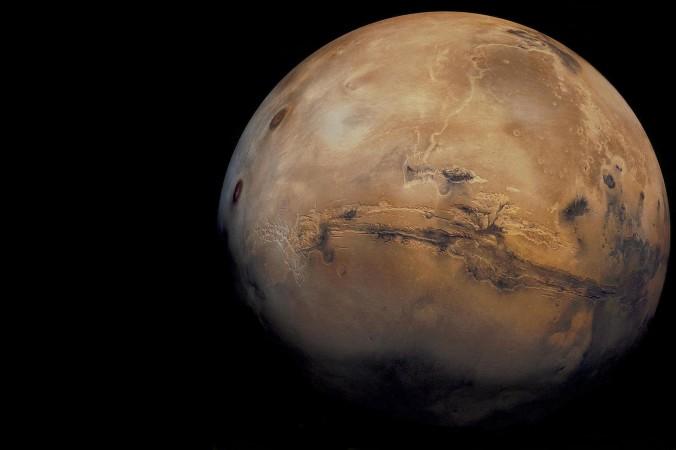 «Следует отметить, что кратеры с уступами такого размера ― редкость», ― говорит профессор Шейн Бирн, ― но в этом районе Марса (Arcadia Planitia) очень много таких кратеров. Они сформировались в разные времена, но у всех есть уступы. Это указывает на то, что на планете происходило что-то странное». Фото: NASA/USGS via Marc Van Norden/CC BY 2.0