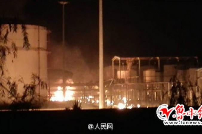 Пожар на месте взрыва склада химического завода в Цзыбо, провинция Шаньдун, 22 августа. Фото: Weibo.com