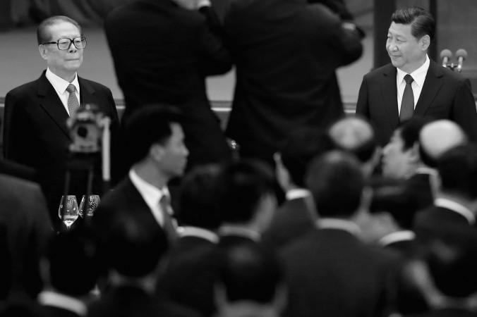 Глава Китая Си Цзиньпин (справа) и его предшественник Цзян Цзэминь (слева) в Пекине, 30 сентября 2014 года. Фото: Feng Li/Getty Images
