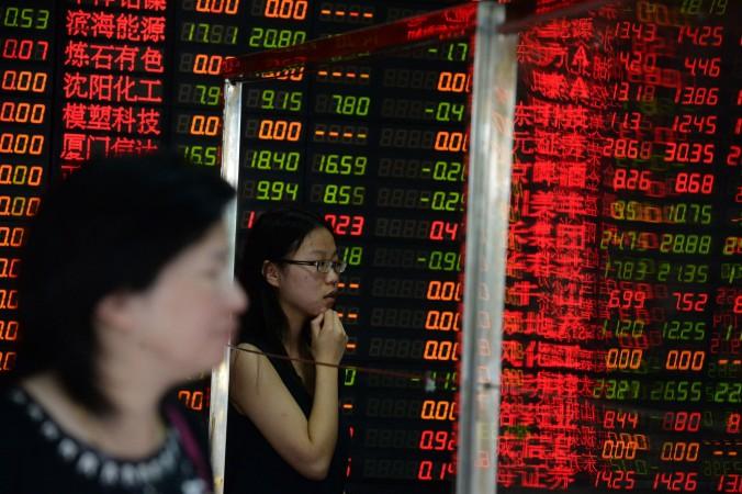 Инвесторы смотрят котировку акций в холдинговой компании в Шанхае 6 июля 2015 г. Фото: STR/AFP/Getty Images