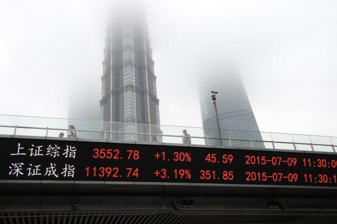 Индекс Шанхайской (сверху) и Шэньчжэньской бирж у Всемирного финансового центра в Шанхае, 9 июля 2015 года. Фото: STR/AFP/Getty Images