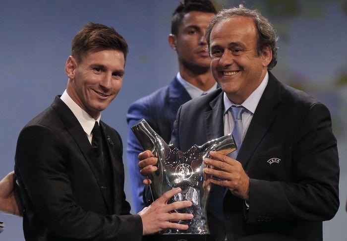 Глава УЕФА Мишель Платини вручает награду лучшему футболисту Европы сезона 2014/15 Лионелю Месси. Фото: VALERY HACHE/AFP/Getty Images