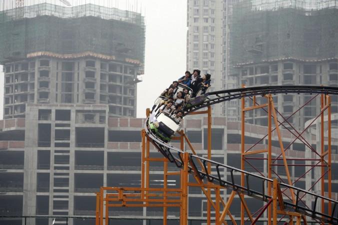 Люди катаются на американских горках в Чунцине, Китай, 27 сентября 2006 года. Фото: China Photos/Getty Images