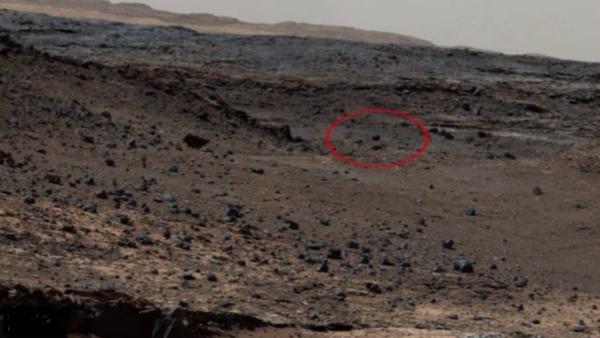 Тень на снимке указывает на то, что объект находится в воздухе и скорее всего движется. Фото: NASA