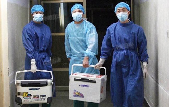 Китайские врачи держат в руках контейнеры для свежих донорских органов, провинция Хэнань, Китай, 16 августа 2012 г. Фото: Screenshot via Sohu.com