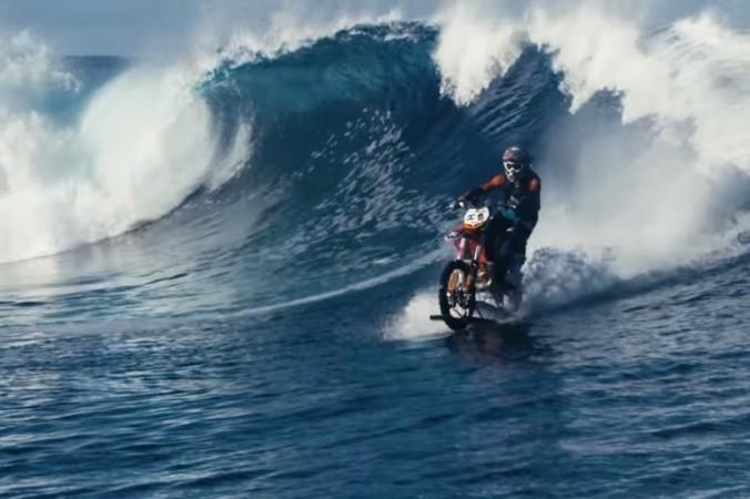 Робби Мэддисон оседлал волну на мотоцикле. Фото: Screenshot/YouTube