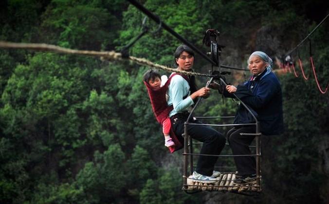 Жители деревни Хундэ пользуются канатной дорогой, чтобы пересечь ущелье Ву Мэн. Фото: NTDTV
