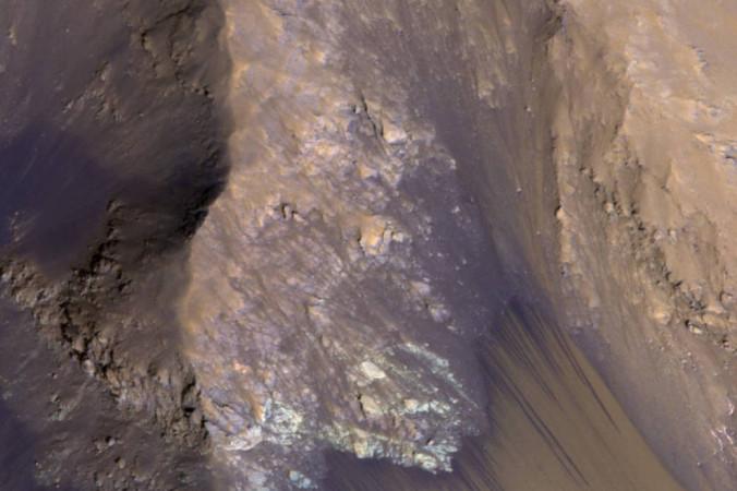 Водяной поток на крутом склоне каньона в долинах Маринера Фото: NASA / JPL-Caltech / Univ. of Arizona