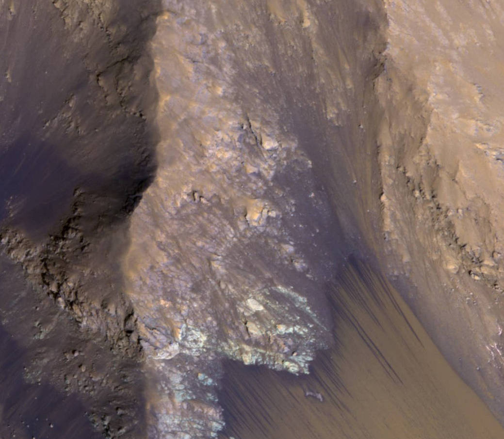 Водяной поток на крутом склоне каньона в долинах Маринера Фото: NASA / JPL-Caltech / Univ. of Arizona