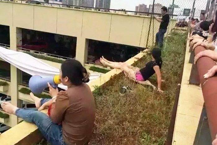Доведённые до отчаяния бизнесмены заявили, что совершат коллективное самоубийство. Город Куньмин провинции Юньнань. Август 2015 года. Фото: epochtimes.com