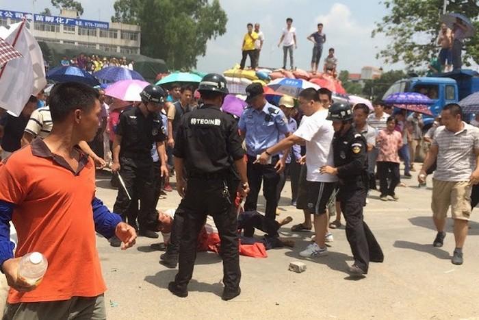 Протесты рабочих керамического завода. Район Гуанси. Август 2015 года. Фото с molihua.org