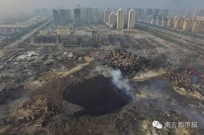 Огромная воронка на месте взрыва в Тяньцзине. Август 2015 года. Фото с epochtimes.com