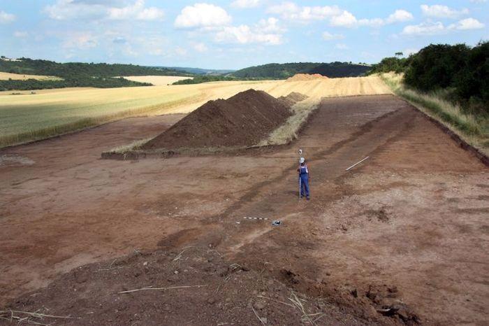 Ров в римском походном лагере,  раскопан в  в Тюрингии, Германия, (TLDA)