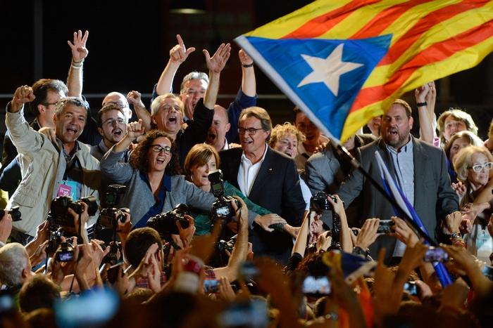 Президент Каталонии Артур Мас  и президент коалиции Ориол Жункерас   празднуют  победу на выборах. Фото: David Ramos/Getty Images
