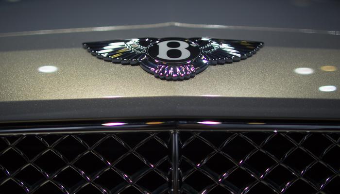 Дебютировал первый серийный внедорожник от Bentley (видео)