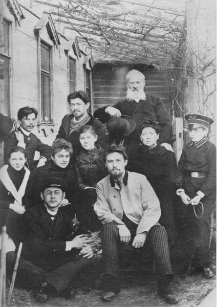 Семья Чеховых с друзьями. 1890 год. (Вверху с лева на право)Иван, Александр и отец; (второй ряд) неизвестный друг, Лика Мизинова, Маша, Мама, Серёжа Киселёв; внизу - Миша и Антон.