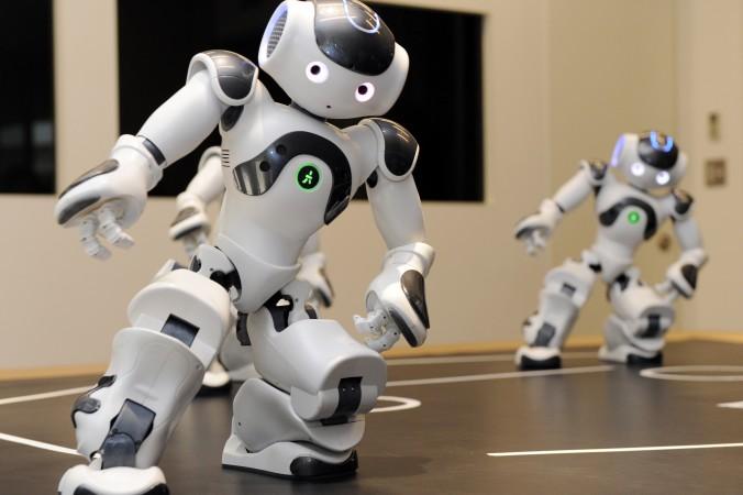 Человекоподобные наороботы от французского предприятия робототехники Aldebaran продемонстрировали свои навыки во время показа в Посольстве Франции в Токио 13 октября 2010 года. Фото: Yoshikazu Tsuno/AFP/Getty Images