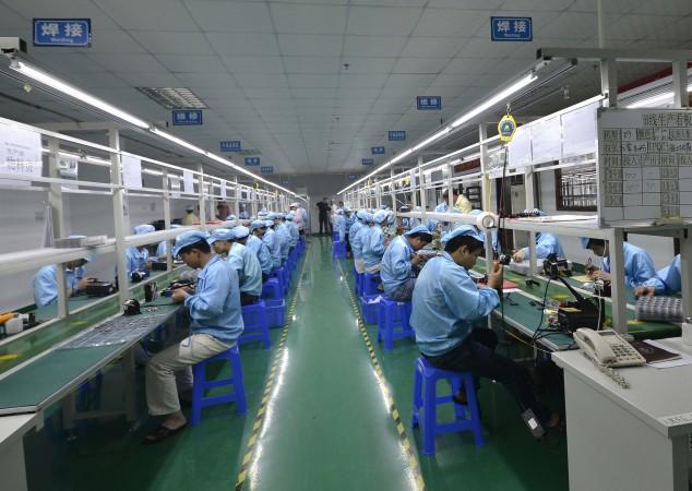 Китайские рабочие собирают дешёвый аналог Apple Watch на фабрике в Шэньчжене. Фото: STR/AFP/Getty Images