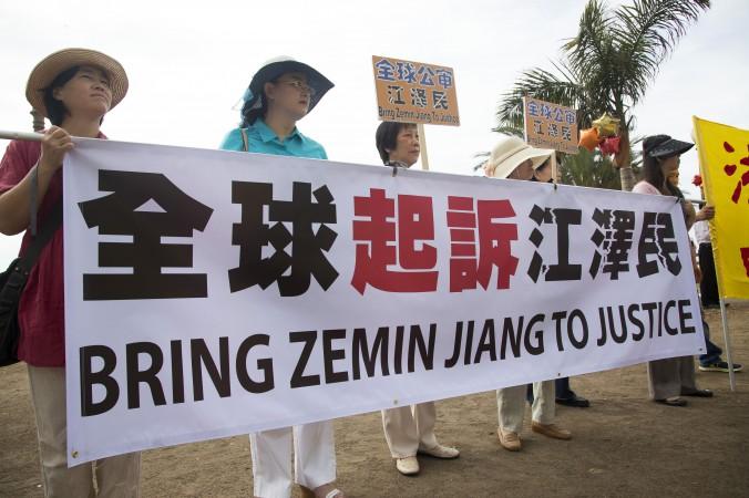 Последователи Фалуньгун на митинге в поддержку 170000 исков против бывшего китайского лидера Цзян Цзэминя, Санта-Моника, Калифорния, 12 сентября 2015 года. Фото: Debra Cheng/Epoch Times