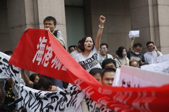 Жители Тяньцзина протестуют у отеля, где власти проводят пресс-конференцию, Тяньцзин, 17 августа 2015 года. Фото: STR/AFP/Getty Images
