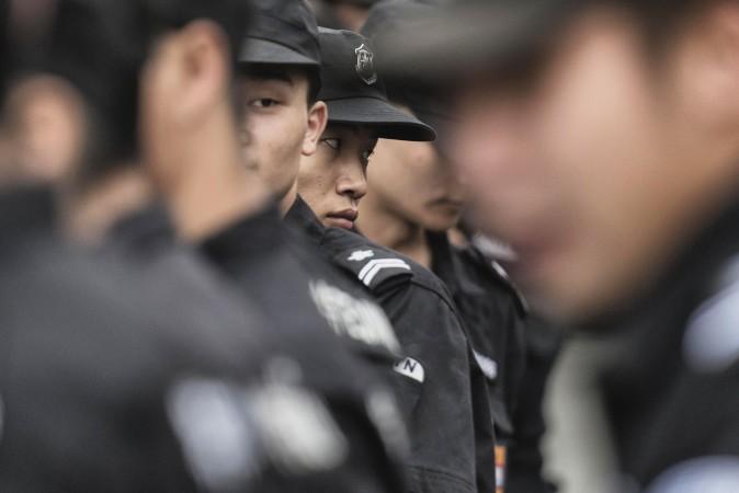 Китайские офицеры госбезопасности стоят на площади Тяньаньмэнь в Пекине, 30 августа 2015 года.