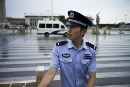 Китайский полицейский дежурит при входе на площадь Тяньаньмэнь в Пекине 1 сентября 2015 года.