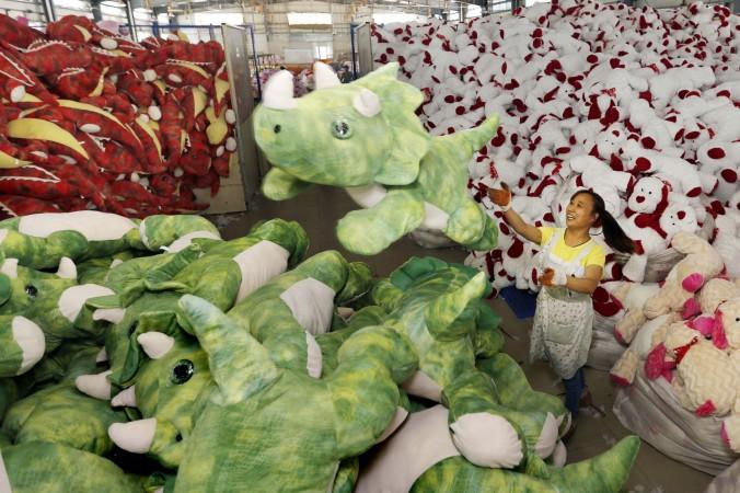 Китайская работница на фабрике пакует мягкие игрушки  на экспорт в Ляньюнган, провинция Цзянсу, Китай, 6 сентября 2015 г. Фото: STR/AFP/Getty Images