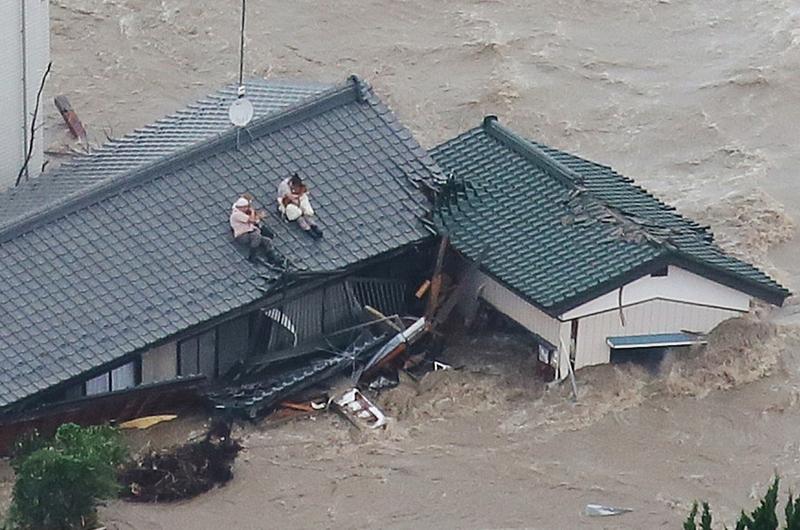 Тайфуны в Японии привели к сильным наводнениям. Фото:  JIJI PRESS/AFP/Getty Images