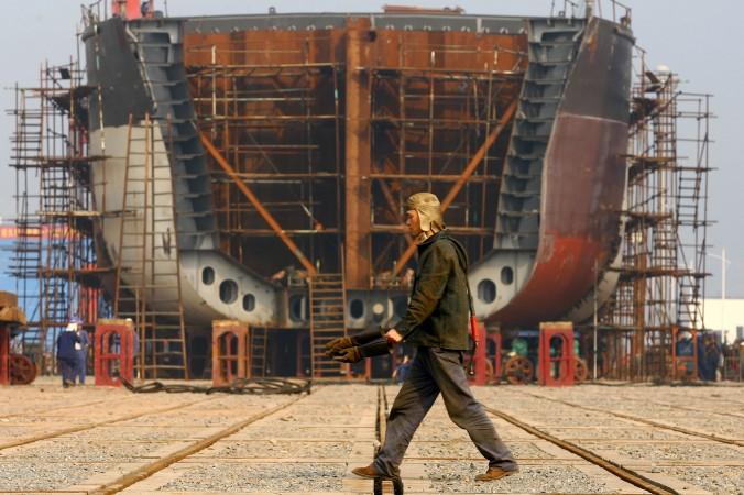 Рабочий проходит мимо остова корабля, построенного государственной компанией в доках в Чунцине, 12 февраля 2009 года. Фото: China Photos/Getty Images