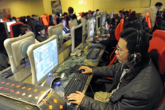 Молодой человек играет в онлайн-игру в интернет-кафе, Пекин, 27 февраля 2010 года. Фото: Liu Jin/AFP/Getty Images